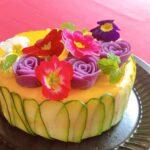 """<span class=""""title"""">おはようございます😃  一昨日、作った 寿司ケーキです🎂  今回は @vivienne_glow まみさんの #紫芋マッシュの薔薇を又、作って、エディブルフラワーもトッピング💜❤️💗  きゅうりは 編み込まず、縦に並べました🎂  有難 .. #お弁当コンテスト</span>"""
