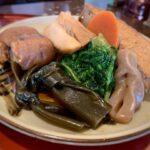 """<span class=""""title"""">寒くなると温かいものが食べたくなりますね。南国沖縄も少しだけ肌寒くなってきました。寒くなってきましたが、来月は桜が咲きます(笑)  温かい煮付けの定食です。沖縄そばもついたり、豚足が入っているのが沖縄ぽっいかな(笑)  #沖縄ご飯 #沖縄自然体験 #エコツアー # ..</span>"""