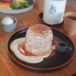 """<span class=""""title"""">. . . 恩納村にあるふわふわパンケーキ屋さん🥞 @tripcafeokinawa . ティラミスパンケーキ食べたんだけど、 甘さ控えめだから最後まで食べやすい😳🤎 エスプレッソも付いていて味変出来るよ☺️👌 . ふわふわパンケーキが好き方は 是非行ってみてね~😋🥞 . ..</span>"""