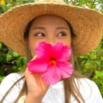 """<span class=""""title"""">お顔ドアップ失礼致します🤣 半年前のですが🤣  ハイビスカス可愛いなぁ🌺 でももっともっと可愛い、綺麗なお花が 南国にはたくさんある  中でも私のイチオシは翡翠葛(Jade vine)🦋</span>"""