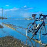 """<span class=""""title"""">昨日は浮島神社の後、長部田海床路まで🚴♂️  丁度、干潮のタイミングで、初めて海床路を走る事が出来た🙌  自転車を立て掛け写真🤳を撮っていたら、みるみるうちに満ちてきてタイヤが水浸😅  もうちょい我慢してリフレ写真を撮るべきだった🙄  .. #ロードバイクJP</span>"""