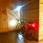 """<span class=""""title"""">時々、ジテツウ  朝は下りで寒い 夜は登りで暑い  #壱号機 #カフェレーサー  #ナイトライド #ナイトライダー  #時々 #ジテツウ #ロードバイク #鉄下駄 #自転車のある生活 #赤い自転車 #キャットアイ #ノーヘルメットノーラ .. #ロードバイクJP</span>"""