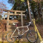 """<span class=""""title"""">#ロードバイクと神社 648  豊田市大畑町の天満宮⛩  ガードレールで見えない社標。 階段は苔だらけで滑る。  朝日を向かいに鳥居の影がクッキリ。 神々しい。  クロモリがキンキンに冷えて無茶苦茶 手が冷たいから超防寒でも寒い .. #ロードバイクJP</span>"""