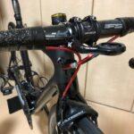 """<span class=""""title"""">オーバーホールから愛機が戻ってきました🚴♂️♪ 今回は、BBとバーテープ 、ブレーキケーブルを交換🔧 バーテープ を黒基調にして、ケーブルはキラキラ輝くGIZAのアウターケーブルにしてみました✨  積雪のため当分乗れそうにない…😭 #roadbik .. #ロードバイクJP</span>"""