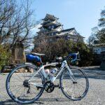 """<span class=""""title"""">先日の ぼっちライド🚴で 岡山後楽園・岡山城🏯を通過。  何度か来ているので散策はせず、撮影のみ📷 白いバイク🚲に黒い城🏯の対比もイイんじゃね❓😁  更に西を目指します❗  #サイクリング #ポタリング #ポタリングフォト #岡山後楽園 #日本10 .. #ロードバイクJP</span>"""