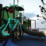 """<span class=""""title"""">こちらも前postと同じ時に撮った日没直後の📷です。  フォロワーさんが遊具のカラー、私のジャケットと同じカラーやん(笑)ってコメント頂いたの思い出します。  #公園 #夕暮れ空 #日没後 #泉南ロングパーク #beach #海岸通り #s .. #ロードバイクJP</span>"""
