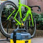 """<span class=""""title"""">念願の自宅で🚴♂️水洗い👍  電源も水道も要らない、 充電タイプでタンク式の洗浄機探していてようやくケルヒャーで発見。  自転車洗うには十分な水圧。 チェーンとスプロケの汚れを落としてから、自転車全体を泡だらけにして、ケルヒャーで一気に .. #ロードバイクJP</span>"""