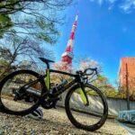 """<span class=""""title"""">東京タワーを見に、横浜から東京タワーまで #チャらり旅 🚴♂️  映えスポット探して東京タワーをぐるぐる一周しましたが、なかなか見つからず、諦めて帰ろうとしたのですが、「灯台下暗し」とはこのことで、休んでいた近くのお寺さんの駐車場から見る景色が最高の .. #ロードバイクJP</span>"""