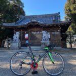 "<span class=""title"">#ロードバイクと神社 810  弥富市鯏浦町の彌富神社⛩  1907年に、鯏浦の八村落の祭神を合祀して一社とし、 現在の社名に改称した。 毎年10月に「弥富神社大祭」が行われ、 市内最大規模の祭礼で、石取車4台、神楽5基が 市内を練り歩いた後に、 弥 .. #ロードバイクJP</span>"