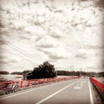 "<span class=""title"">【 #阿宗橋 】 ( 千葉北西部ぐるっと満喫ライド🚴♂️💨② )  #印旛放水路 に架かる真紅の『 阿宗橋 』。  この目の前に #八千代印旛栄自転車道 別名 #印旛沼サイクリングロード の起点の看板があります。  ここから #西印旛沼 、 #印旛 .. #ロードバイクJP</span>"