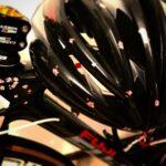 """<span class=""""title"""">メットにも桜は咲いています🌸  今日は雨が降り乗れませんでした… #ロードバイクJP</span>"""