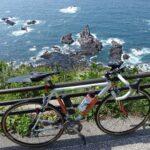 """<span class=""""title"""">門前を出てすぐの崖下。 海面近く見えますが、実際は50m以上の標高で落ちたら終わりで、こーゆー場所が延々と続く男鹿半島西崖 下に見える岩は一つ一つ名前が付いてたりするとか。 漁師さんにとっては番地みたいなものですしね。  https://ogabicy .. #ロードバイクJP</span>"""